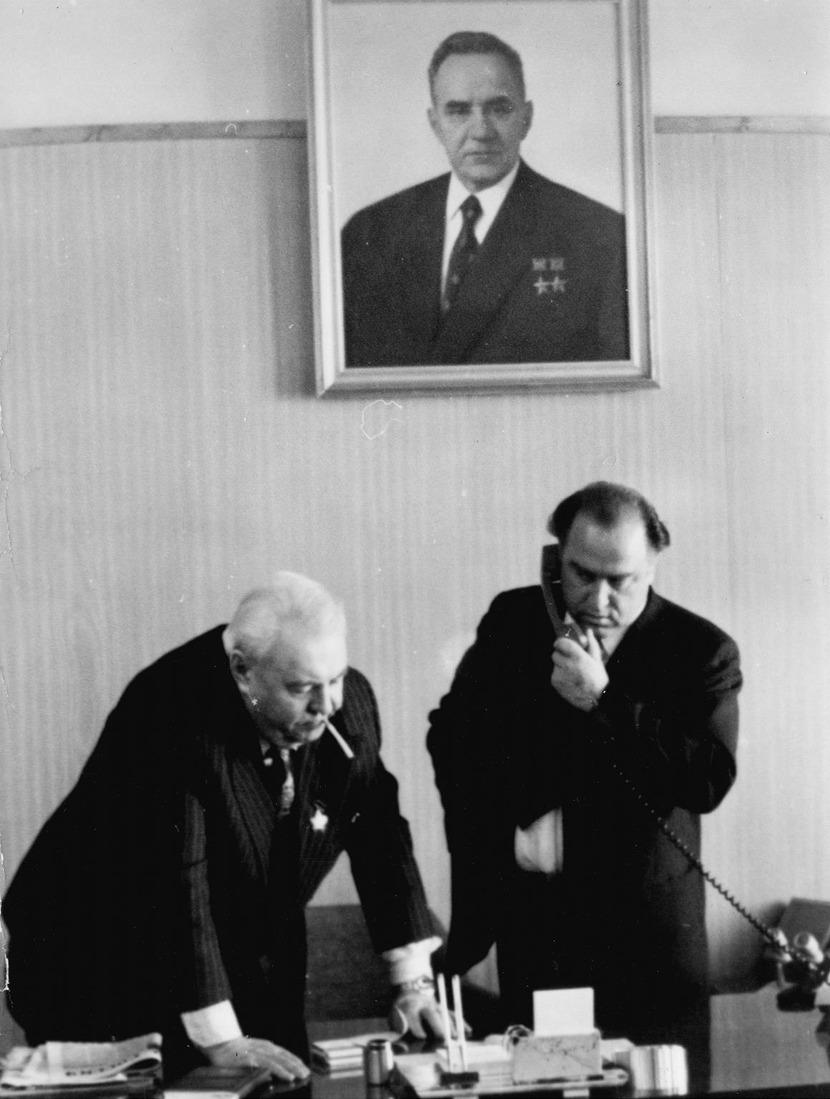 Директор газоперерабатывающего завода В.С.Черномырдин всвоем кабинете, 1976год