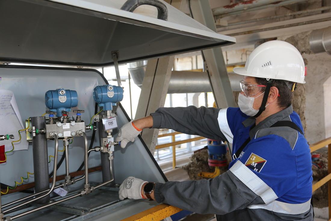 Ведущий инженер службы метрологического обеспечения ГПУ Алексей Горбатенко проводит ревизию оборудования коммерческого узла учета попутного нефтяного газа