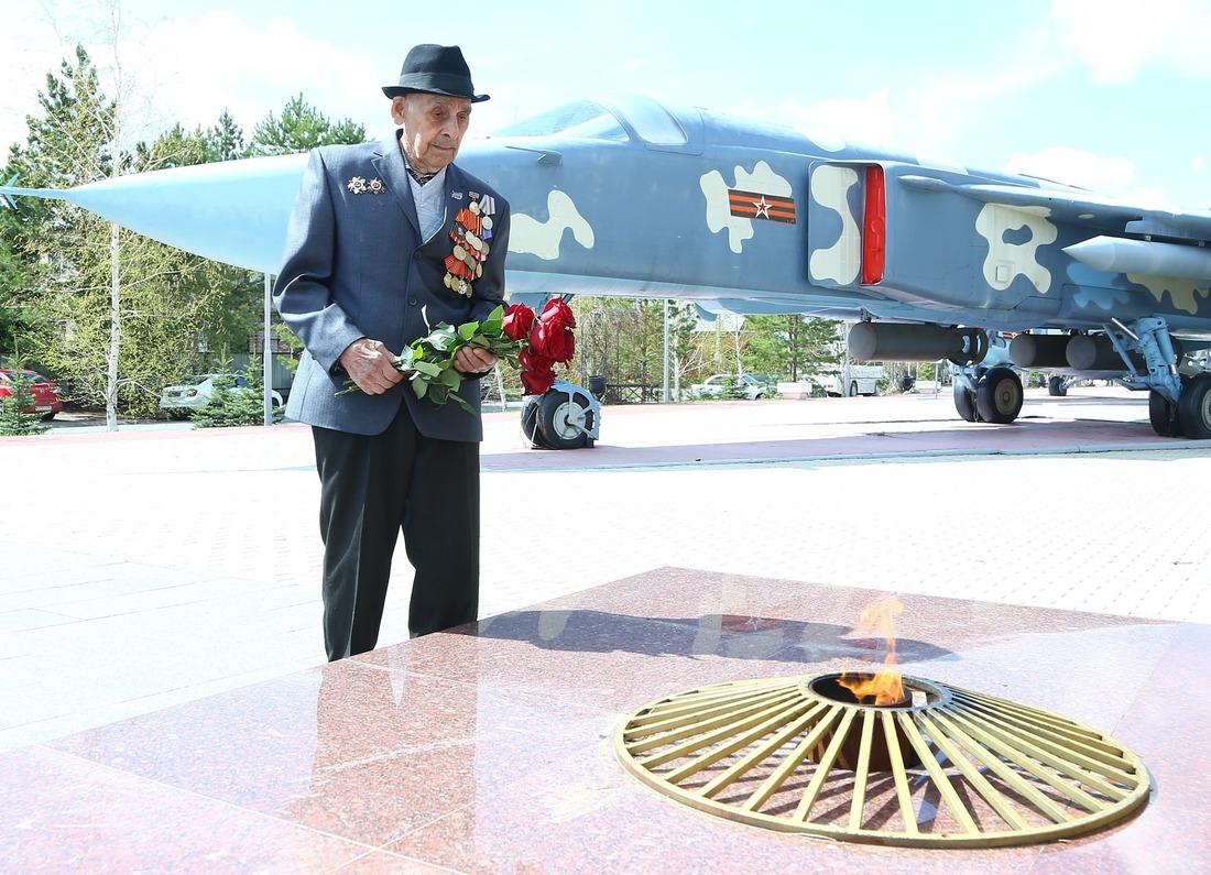 Хабибулла Ахметович возложил цветы кВечному огню всквере Победы п.Ростоши впамять обоевых товарищах, не вернувшихся свойны