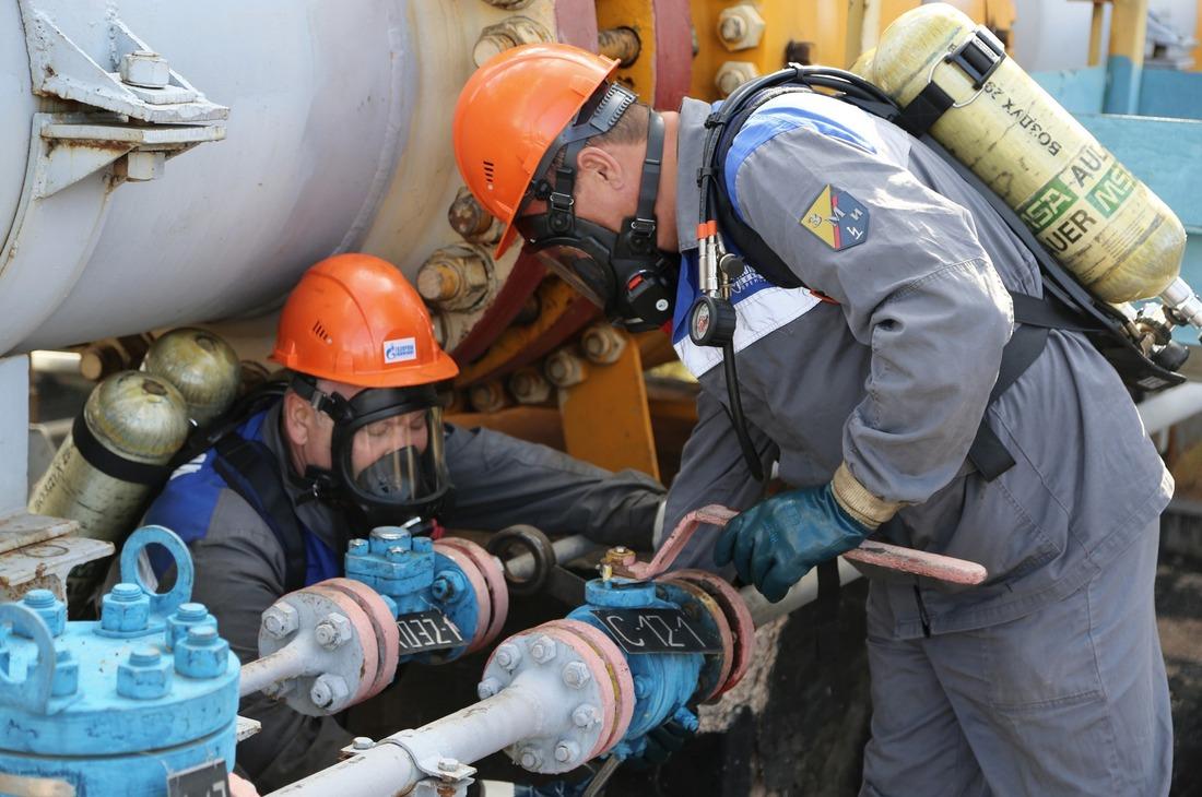 Респираторщики Валерий Попов иСергей Мироненко устанавливают заглушки натрубопровод, чтобы обеспечить безопасное проведение работ