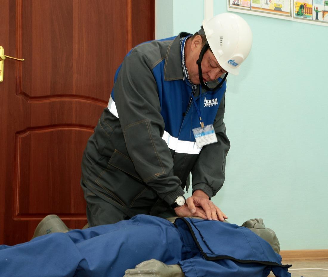 Старший мастер ЛЭС №2Октябрьского ЛПУУЭСП Иршат Рашитов демонстрирует навыки оказания первой доврачебной помощи