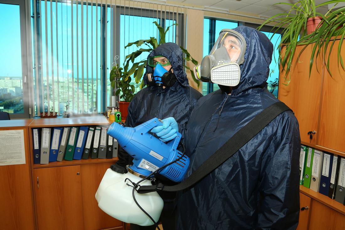 Работники управления поэксплуатации зданий исооружений проводят обработку помещений доначала рабочего дня ипосле его окончания