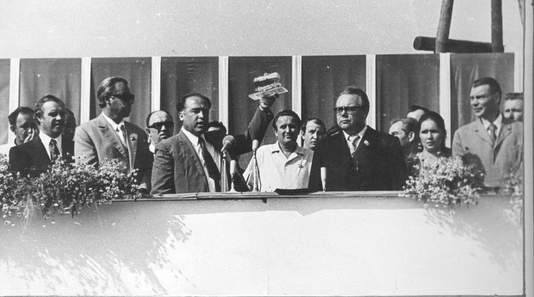 Митинг, посвященный сдаче вэксплуатацию 1-й очереди Оренбургского газоперерабатывающего завода, 1974год