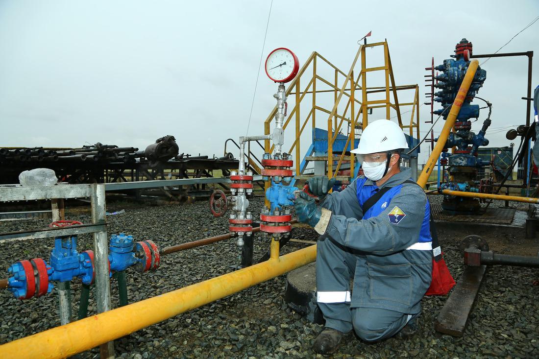 Оператор подобыче нефти, газа иконденсата ОПС-6 Александр Еюкин ведет отбор проб наскважине №178, пущенной вэксплуатацию впробном режиме после капитального ремонта