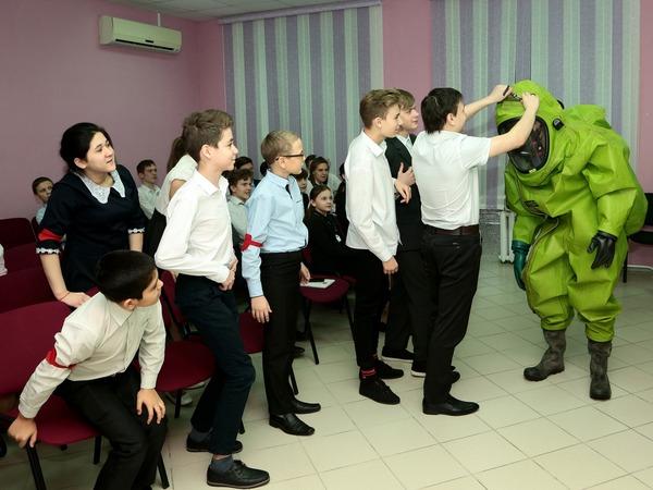 Мальчишкам захотелось примерить защитные костюмы