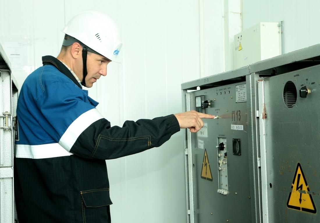 Ведущий инженер отдела главного энергетика УЭСП Анатолий Хисматуллин проводит технический осмотр установки электрохимической защиты