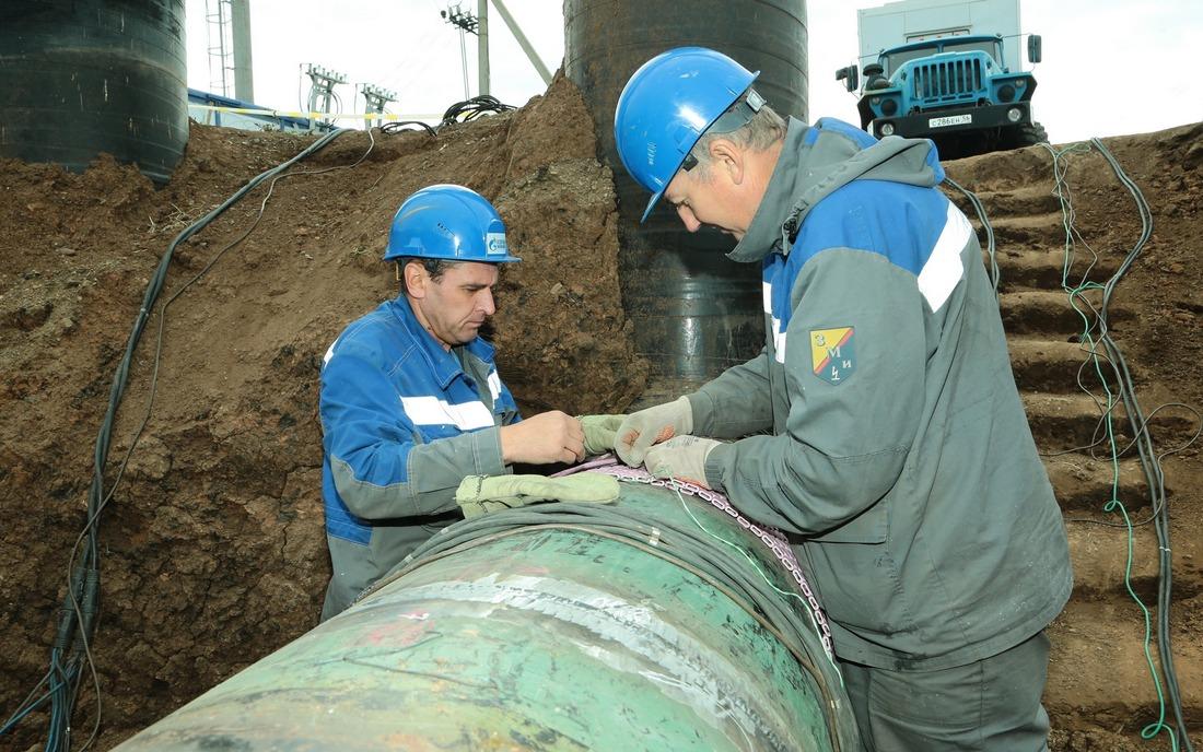 Работники УАВР готовятся кпроведению термической обработки сварного соединения